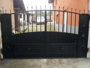 масивна метална порта от ковано желязо