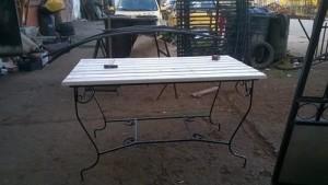Дървена маса с ковано желязо