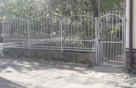 боядисана ограда от ковано желязо